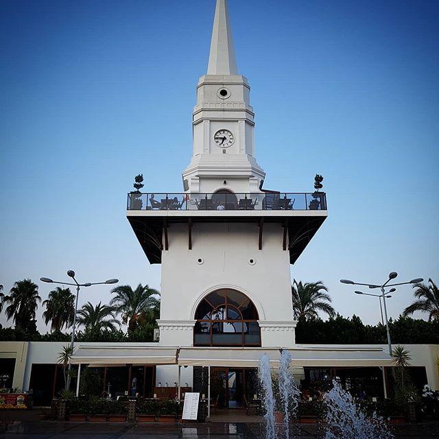 Часовая башня в Кемере, мимо не пройдёшь, площадь со скамейками, фонтаны, памятник Ататюрку, ресторан наверху #достопримечательности #часоваябашня #белаябашня #кемер #турция // #Clocktower in #kemer #turkey